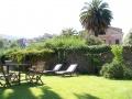 Garten mit Schirm, Liegestühlen, Grill ...