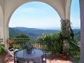 Terrasse mit Tisch und Liegestühlen